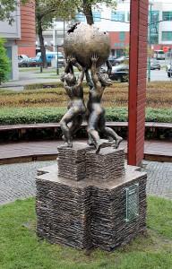 Pomnik Wikipedii na placu Frankfurckim (fot. Awersowy, licencja CC-BY-SA-3.0)