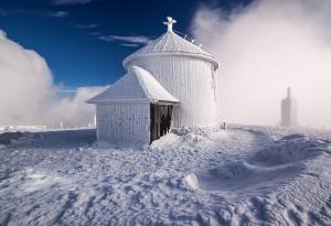 Zdjęcie kaplicy św. Wawrzyńca na Śnieżce, pierwsze miejsce w kategorii najlepsze zdjęcie.  (autor: Piotrekok 1602, licencja CC-BY-SA-3.0)