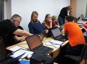 Juliusz Zieliński wraz z uczestnikami warsztatów (fot. Nova, licencja CC-BY-SA-3.0)