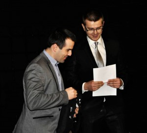 Adam Kliczek wręcza nagrodę dla Jarosława Ciurusia.  (fot. Halibutt, licencja CC0-1.0)