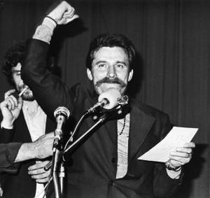Przewodniczący Międzyzakładowego Komitetu Strajkowego Lech Wałęsa w Sali BHP Stoczni Gdańskiej im. Lenina, fot. Giedymin Jabłoński, CC-BY-SA 3.0