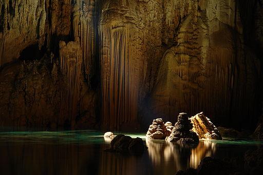Miejsce dziewiąte: wapienne stalagmity w jaskini Anhumas Abyss. Fotografia autorstwa użytkownika Caio Vilela, dostępna na licencji CC-by-SA 3.0