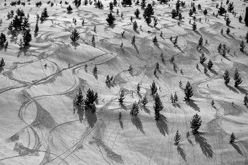Miejsce piętnaste: ślady nart na ośnieżonych zboczach gór Baba w Parku Narodowym Pelister, Macedonia. Fotografia autorstwa użytkownika Ptahhotep, dostępna na licencji CC-by-SA 4.0