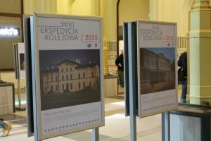 Wystawa zdjęć Wikiekspedycji kolejowej 2015 na dworcu Wrocław Główny (fot. Magalia, CC-BY-SA 4.0)