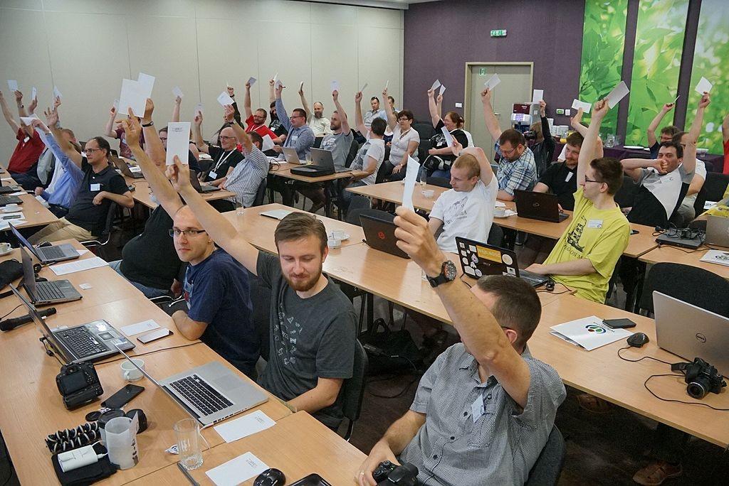 Głosowanie podczas walnego zebrania członków Stowarzyszenia (fot. Borys Kozielski, CC-BY-SA 3.0)