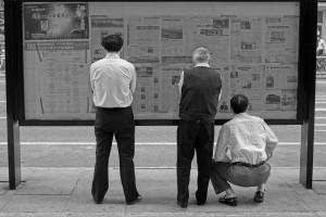Ludzie czytający gazety na ulicy, fot. Stougard, CC-BY-SA 3.0   https://commons.wikimedia.org/wiki/File:People_are_reading_newspaper_on_the_street.jpg