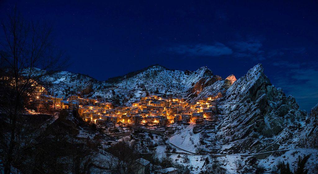Widok na górską miejscowość po zmroku