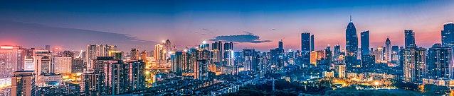 krajobraz miejski Wuhan z nowoczesnymi wieżowcami